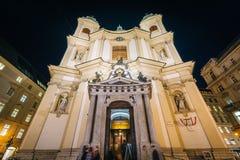 Katholische Kirche San Pedro en la noche, en Viena, Austria Fotos de archivo libres de regalías