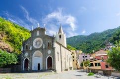 Katholische Kirche Sans Giovanni Battista im Tal traditionellen typischen italienischen Dorfs Riomaggiore im Nationalpark Cinque  stockbilder