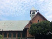 Katholische Kirche und blauer Himmel Stockbilder