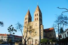 Katholische Kirche unter blauem Himmel Lizenzfreie Stockbilder