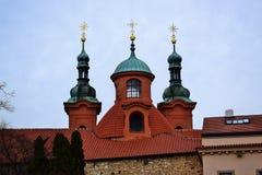 Katholische Kirche von St Lawrence ist nahe bei dem Petrin-Turm von Prag lizenzfreie stockfotos