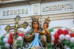Katholische Prozession zu Ehren unserer Dame Achiropita stockfotos