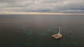 Katholisches Kreuz im Meer stock video