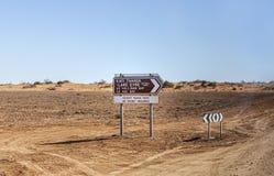 Kati Thanda - See Eyre-Straßenschild im Hinterland von Australien lizenzfreie stockfotos