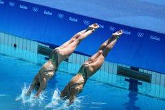 Katie Clark och Olivia Federici av Storbritannien konkurrerar under rutinen för synkroniseringssimningduett fritt på Rio de Janei Royaltyfria Foton