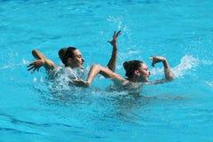 Katie Clark och Olivia Federici av Storbritannien konkurrerar under rutinen för synkroniseringssimningduett fritt på Rio de Janei Arkivbild