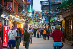 Katmandou, Népal - 19 avril 2018 : Drapeaux tibétains colorés de prière photos libres de droits