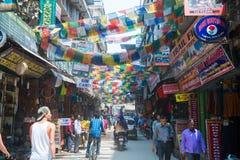 Katmandou, Népal - 19 avril 2018 : Drapeaux tibétains colorés de prière photo libre de droits