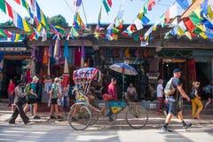Katmandou, Népal - 19 avril 2018 : Drapeaux tibétains colorés de prière photos stock
