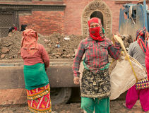 Katmandou/Népal le 1er janvier 2017 les femmes a reconstruit des bâtiments endommagés par l'erthquake Image stock