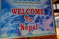 Katmandou, Népal, le 2 novembre 2017 : Signe instructif à l'intérieur de l'aéroport international de Tribhuvan - Katmandou Image libre de droits