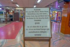 Katmandou, Népal, le 15 novembre 2017 : Signe instructif à l'intérieur de l'aéroport international de Tribhuvan - Katmandou Images stock