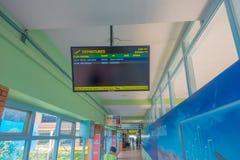 Katmandou, Népal, le 15 novembre 2017 : Signe instructif avec l'heure de départ et fligs dans un écran à l'intérieur de du Tribhu Image libre de droits
