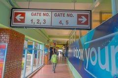 Katmandou, Népal, le 15 novembre 2017 : Signe instructif du nombre de porte où les gens doivent embarquer, à l'intérieur de Photos stock