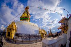 KATMANDOU, NÉPAL LE 15 OCTOBRE 2017 : Yeux du Bouddha sur le Bodhnath Stupa à Katmandou, Népal, effet d'oeil de poissons Photo libre de droits