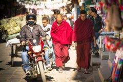 KATMANDOU, NÉPAL - le trafic quotidien sur les rues de Katmandou Images stock