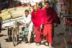 KATMANDOU, NÉPAL - le trafic quotidien sur les rues de Katmandou La plus grande ville du Népal, son centre historique Image stock