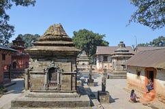 Katmandou, Népal, novembre, 13, 2012, complexe de Pashupatinath, côté bouddhiste Au printemps le complexe 2015 était partiellemen Photo stock