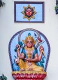 Katmandou, Népal - 2 novembre 2016 : Soulagements indous de Dieu et du soleil sur un mur blanc dans un temple, Népal Photographie stock