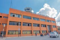 Katmandou, Népal - 25 octobre 2016 : Grand bâtiment d'aéroport international de Tribhuvan dans un beau ciel bleu dedans Images libres de droits