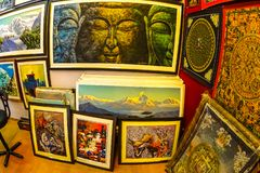 Katmandu, Nepal - abril 8,2018: La pintura en Thanka colorido budista tradicional en la tienda en Katmandu, Nepal fotografía de archivo libre de regalías