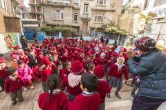 KATMANDU, NEPAL - alumnos durante la lección de danza en escuela primaria Imagen de archivo libre de regalías