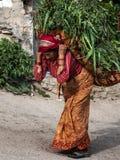 KATMANDU NEPAL - APRIL 17 2013: Närbild en kvinna iklätt a Royaltyfri Fotografi