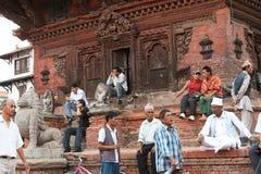 KATMANDU NEPAL - April 2012: Nepalesisk man som vilar på PA Royaltyfri Bild