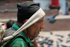 KATMANDU, NEPAL - 15. APRIL 2013: Nepalimann mit einem Korb für c Lizenzfreie Stockfotos