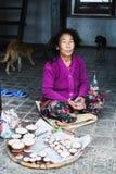 KATMANDU, NEPAL - APRIL 2015: oude vrouwen verkopende kaarsen in Swayambhunath-tempel royalty-vrije stock foto's