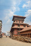KATMANDU NEPAL - APRIL 26, 2015: Skräp av byggnader på den Durbar fyrkanten i Katmandu efter, efter 7 8 jordskalv, Nepal Arkivfoto