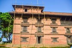 KATMANDU NEPAL - APRIL 26, 2015: Skräp av byggnader på den Durbar fyrkanten i Katmandu efter, efter 7 8 jordskalv, Nepal Arkivbilder
