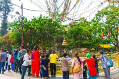 Katmandu Nepal - April 08, 2018: Swayambhu Stupa i Katmandu, Nepal Apatempel och bönflaggalunghta Royaltyfri Fotografi