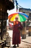 KATMANDU, NEPAL - APRIL 18 2013: Vriendschappelijke Boeddhistische monnik met Royalty-vrije Stock Afbeeldingen