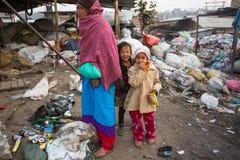 KATMANDU NEPAL - barn och föräldrar arbetar på förrådsplats Arkivfoto