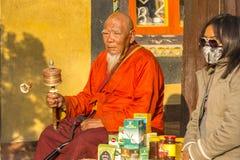 KATMANDU NEPAL - buddistisk munk nära stupaen Boudhanath Arkivbild