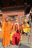 KATMANDU, NEPAL - 14 DE ENERO DE 2015: El retrato de tres hombres santos de Sadhus, una mujer y dos hombres en Durbar ajustan Fotos de archivo