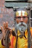 KATMANDU, NEPAL - 13 DE ENERO DE 2015: Retrato de un hombre de Sadhu Holy Fotos de archivo libres de regalías