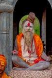 KATMANDU, NEPAL - 22 DE MARZO DE 2017: Ciérrese para arriba del sadhu de Shaiva de la yogui que se sienta en el templo de Pashupa Fotos de archivo libres de regalías