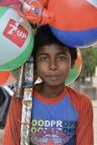 Katmandu, Nepal: 22 de septiembre de 2013: Un muchacho adolescente vende los globos Foto de archivo