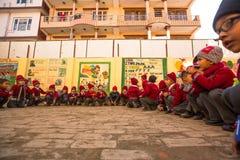 KATMANDU NEPAL - elever under kurs i grundskola för barn mellan 5 och 11 år Arkivfoton