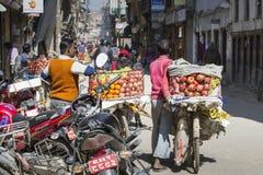KATMANDU, NEPAL - FEBRUARI 10, 2015: De straten van Katmandu, Stock Foto