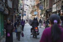 KATMANDU, NEPAL - FEBRUARI 10, 2015: De straten van Katmandu, Royalty-vrije Stock Afbeelding