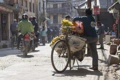 KATMANDU, NEPAL - FEBRUARI 10, 2015: De straten van Katmandu, Stock Fotografie
