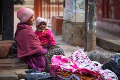 KATMANDU NEPAL - gatuförsäljare i historisk mitt av staden Royaltyfri Fotografi