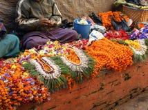 Katmandu, 28 Nepal-Januari: Sluit omhoog van bloem van de straatventer de verkopende goudsbloem door de kant van de weg, 28,2009  Royalty-vrije Stock Afbeeldingen
