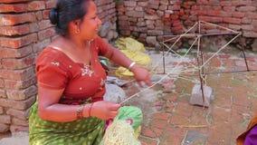 KATMANDU, NEPAL - JUNI 2013: het lokale vrouw breien bij straat stock footage