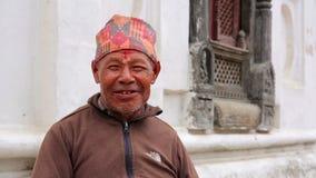 KATMANDU, NEPAL - JUNIO DE 2013: hombre nepalés con ropa tradicional almacen de metraje de vídeo
