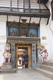 KATMANDU, NEPAL - kan 12: Bezoekers van het museum Hanuman Dhoka Stock Foto's