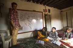 KATMANDU, NEPAL - leraar en studenten in les op Jagadguru-School Royalty-vrije Stock Afbeeldingen
